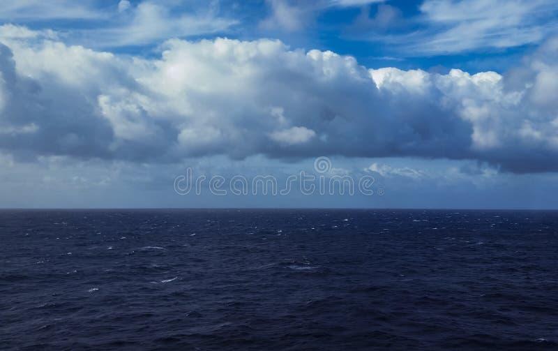 Mooie wolken over het overzees stock foto