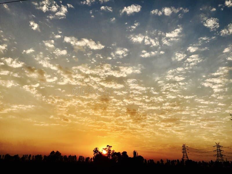 Mooie wolken tijdens zonsondergang stock foto's