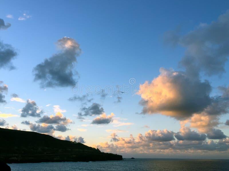 Mooie wolken vóór Supermoon-stijging royalty-vrije stock afbeelding
