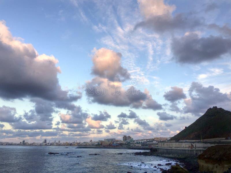 Mooie wolken vóór Supermoon-stijging stock afbeeldingen
