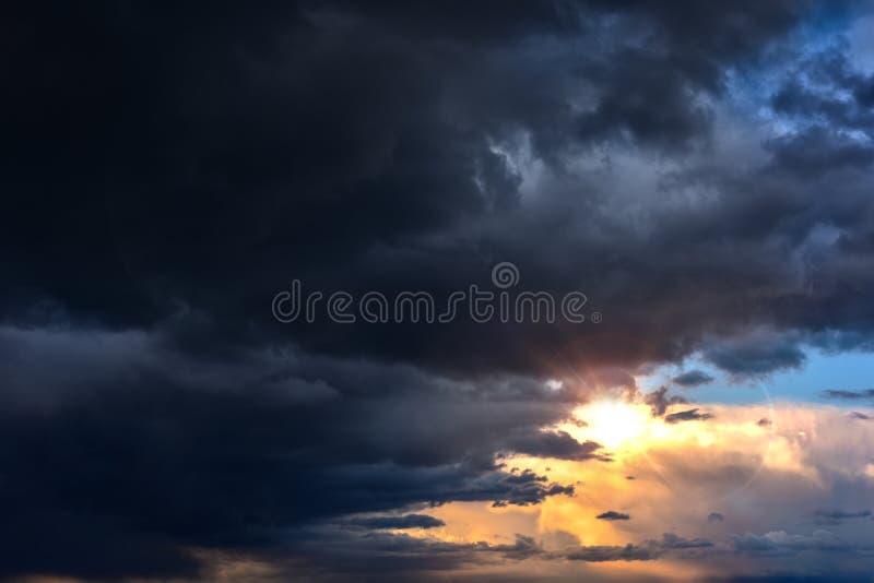 Download Mooie wolken, zonneschijn stock afbeelding. Afbeelding bestaande uit up - 107709033