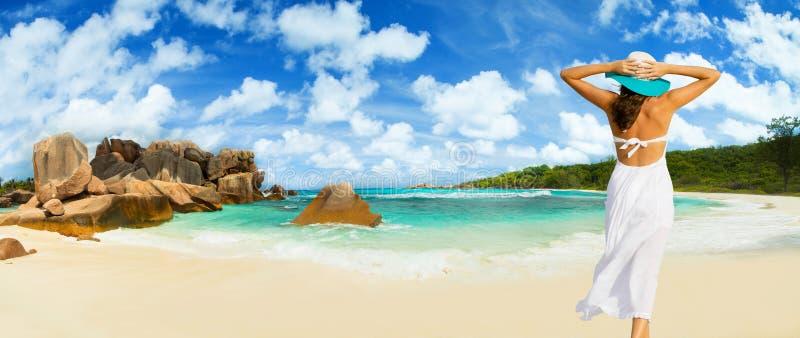 Mooie woman& x27; s lichaam over strandachtergrond royalty-vrije stock afbeelding