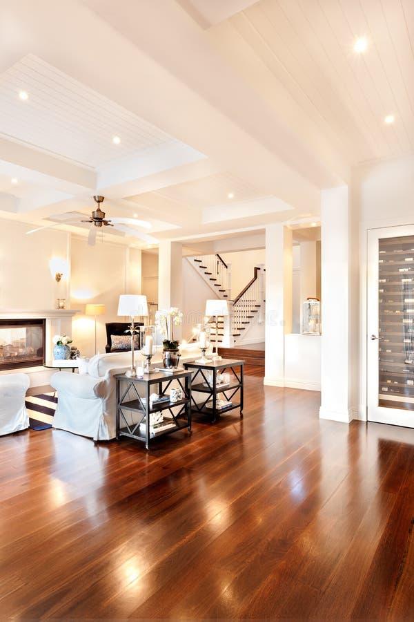 Mooie woonkamer met glanzende houten vloer royalty-vrije stock afbeeldingen