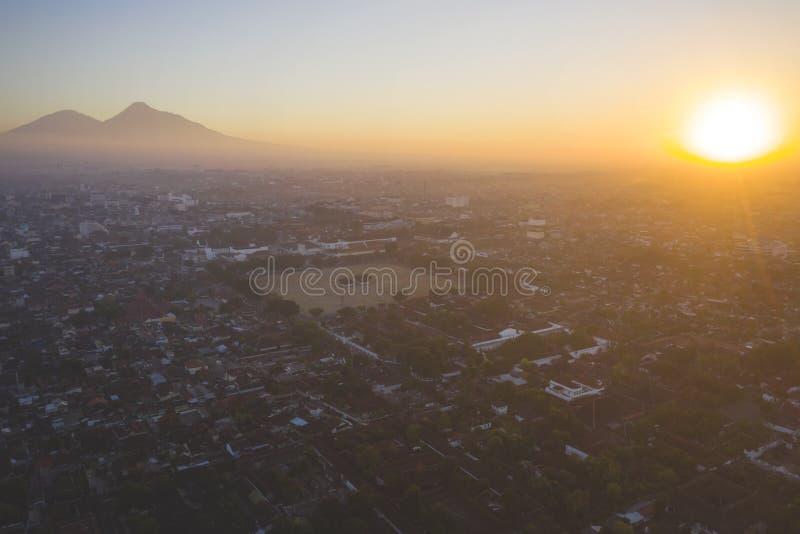 Mooie Yogyakarta-cityscape in zonsondergangtijd royalty-vrije stock foto's