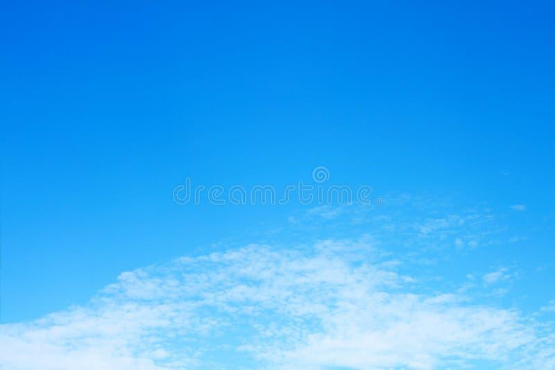 mooie zachte witte wolk op blauwe hemel royalty-vrije stock afbeelding