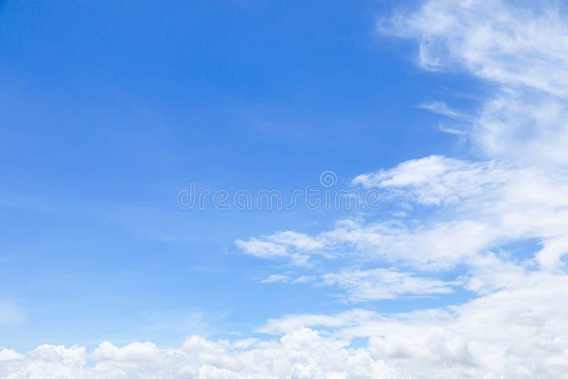 mooie zachte witte wolken op blauwe hemel met ruimte voor backgroun royalty-vrije stock fotografie