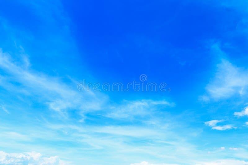 mooie zachte witte wolken op blauwe hemel voor achtergrond en desig stock fotografie