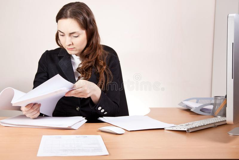 Mooie zakenvrouw met financiële verslagen op kantoor stock fotografie