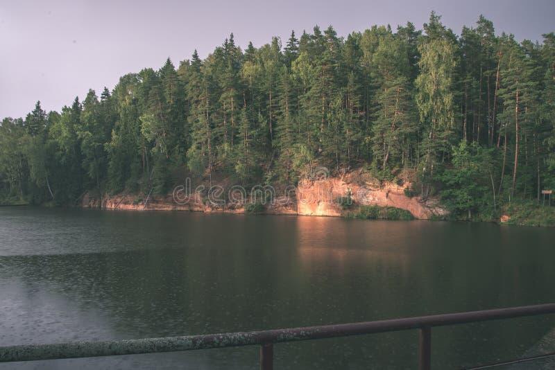 mooie zandsteenklippen op de kusten van rivier Amata in Letland - de uitstekende retro film ziet eruit royalty-vrije stock foto's