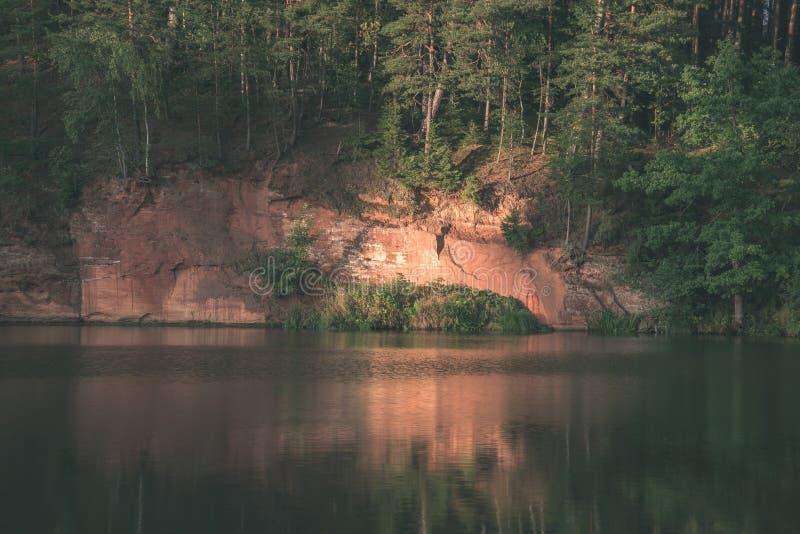 mooie zandsteenklippen op de kusten van rivier Amata in Letland - de uitstekende retro film ziet eruit royalty-vrije stock foto