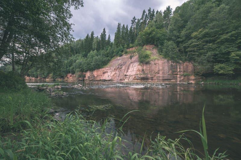 mooie zandsteenklippen op de kusten van rivier Amata in Letland - de uitstekende retro film ziet eruit royalty-vrije stock afbeeldingen