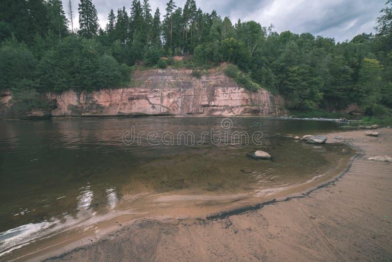 mooie zandsteenklippen op de kusten van rivier Amata in Letland - de uitstekende retro film ziet eruit royalty-vrije stock fotografie