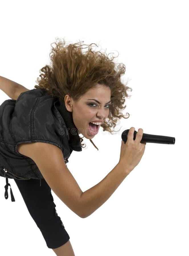 Mooie zanger met microfoon stock foto