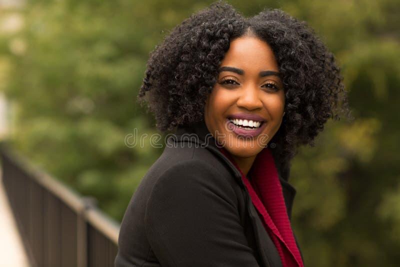 Mooie Zekere Afrikaanse Amerikaanse Vrouw die buiten glimlachen royalty-vrije stock foto's