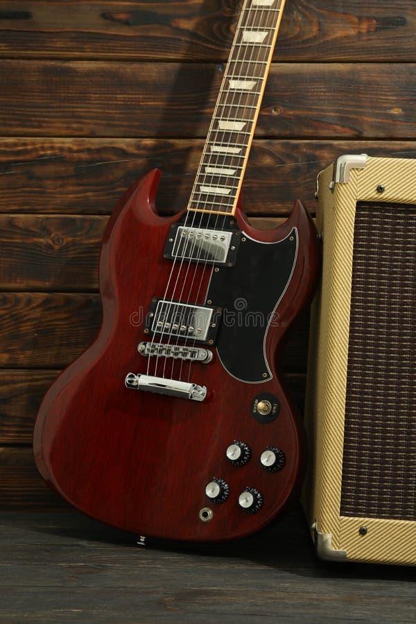 Mooie zes - koord elektrische gitaar met versterker royalty-vrije stock foto