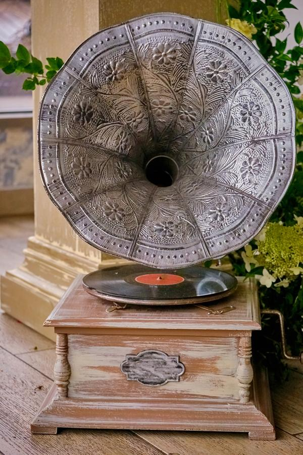 Mooie zilveren uitstekende fonograaf Retro grammofoon royalty-vrije stock foto
