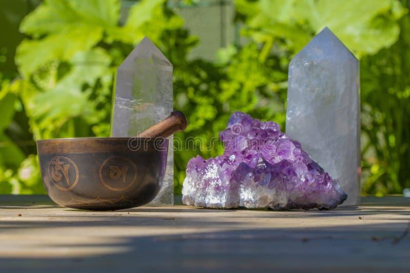 Mooie Zingende Kom en Kristallen dicht omhoog stock foto's