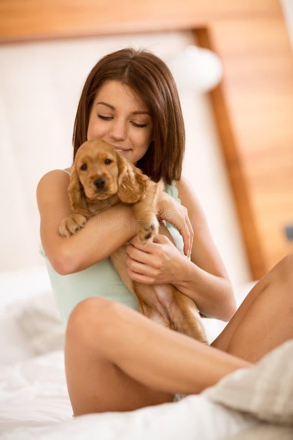 Mooie zoete het huisdierencocker-spaniël van de meisjesgreep royalty-vrije stock fotografie