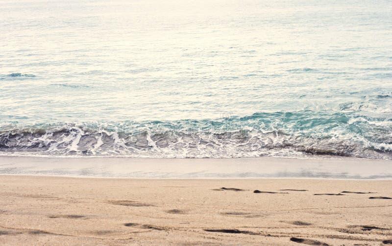 Mooie zomer-specifieke foto Kalme strand/kustgolven Rijke blauwe/turkooise mariene/oceaankleuren Mooie lichten en su royalty-vrije stock foto
