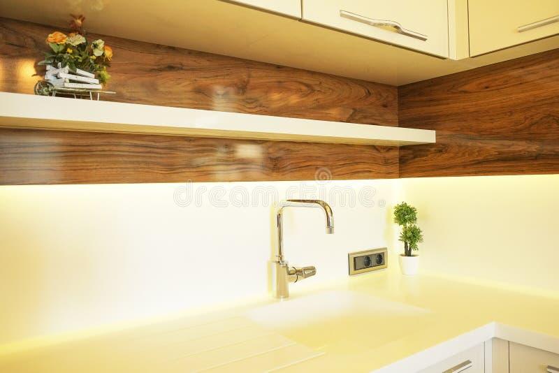 Mooie zon zijflat met eenvoudig minimalistic modern binnenlands ontwerp, de open woonkamer van de plankeuken in zonlicht royalty-vrije stock foto