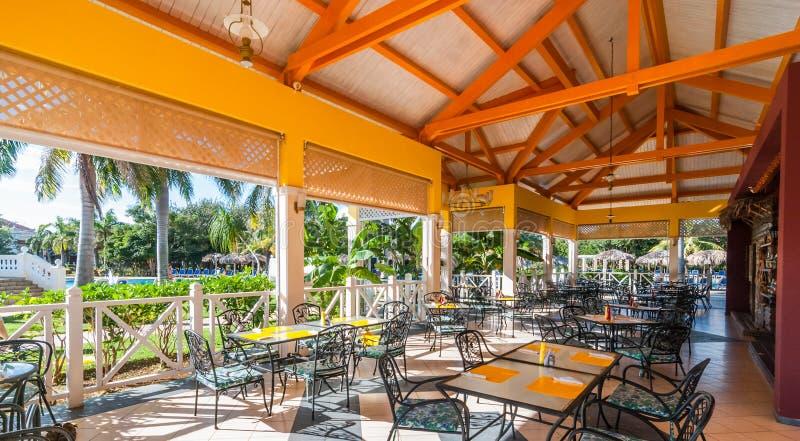Mooie zonneschijnmiddag en lunch in de open lucht een open eetkamer bij een toevlucht in Varadero, Cuba stock afbeeldingen