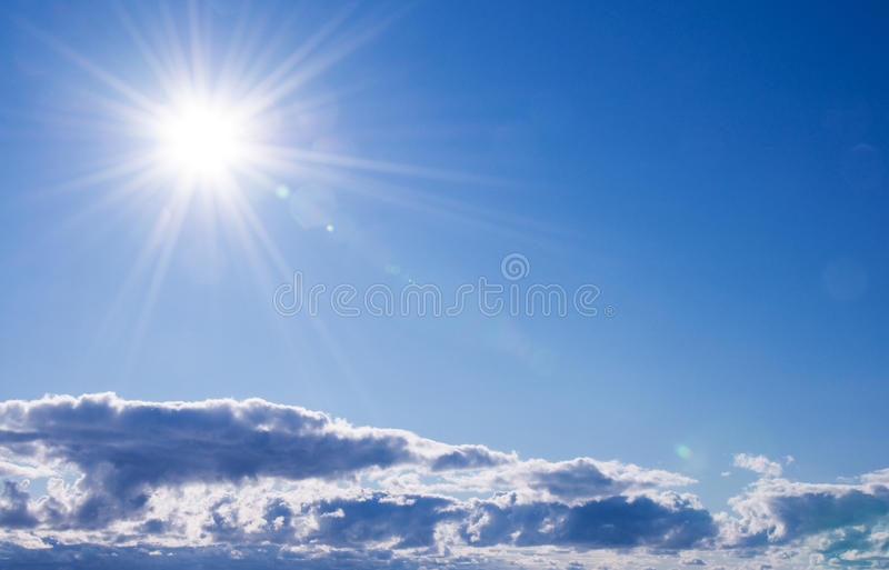 Mooie zonnige hemel royalty-vrije stock fotografie