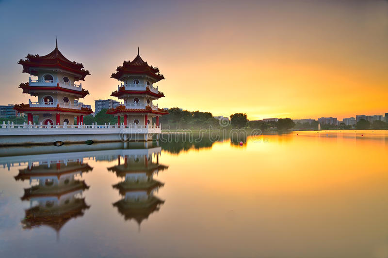 Mooie Zonsondergang bij Chinese Tuin met Tweelingpagode in Singapore stock foto