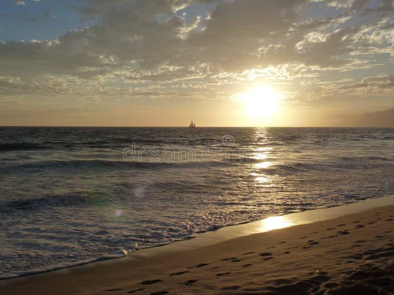 mooie zonsondergang bij de vreedzame oceaan stock afbeeldingen