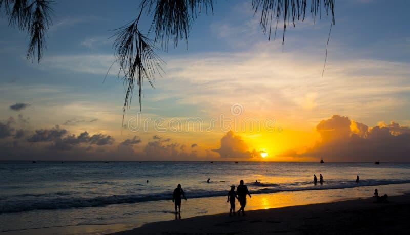 Mooie zonsondergang bij een tropisch strand royalty-vrije stock afbeelding
