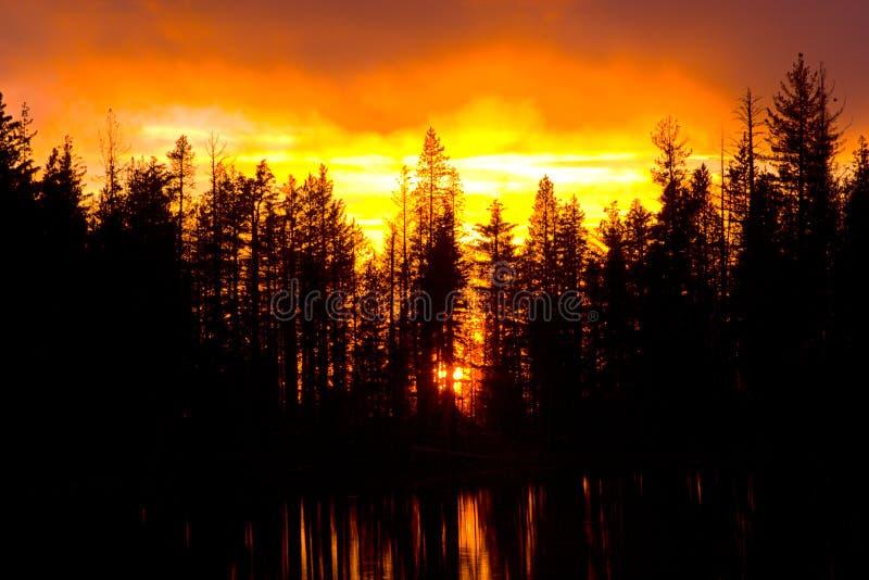 Mooie Zonsondergang bij het Meer van de Bezinning royalty-vrije stock afbeelding