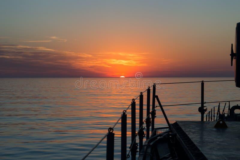 Mooie zonsondergang bij het overzees stock foto's