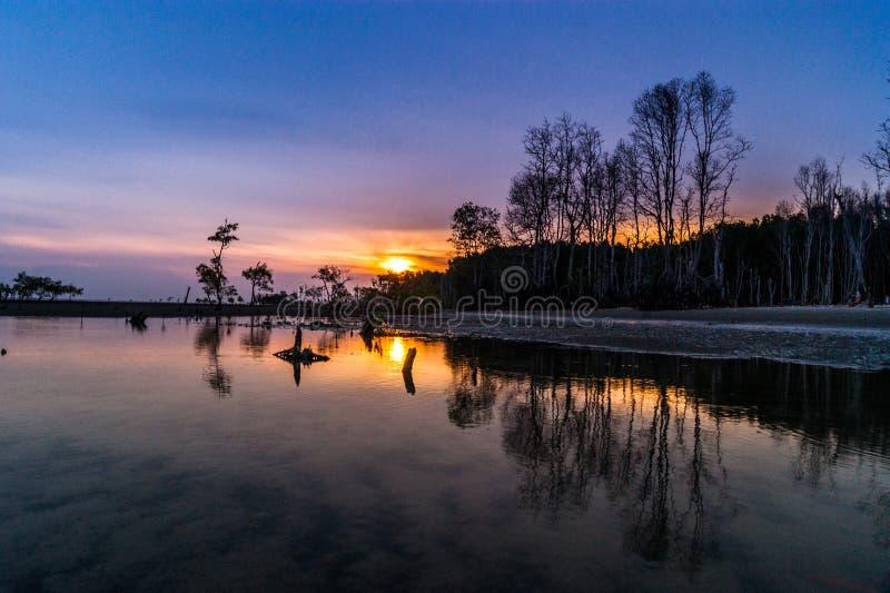 Mooie zonsondergang bij het strand royalty-vrije stock afbeeldingen
