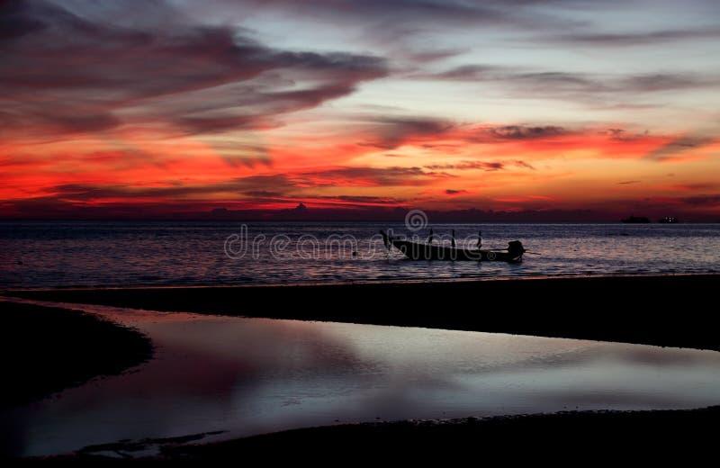 Mooie zonsondergang bij het strand stock afbeeldingen