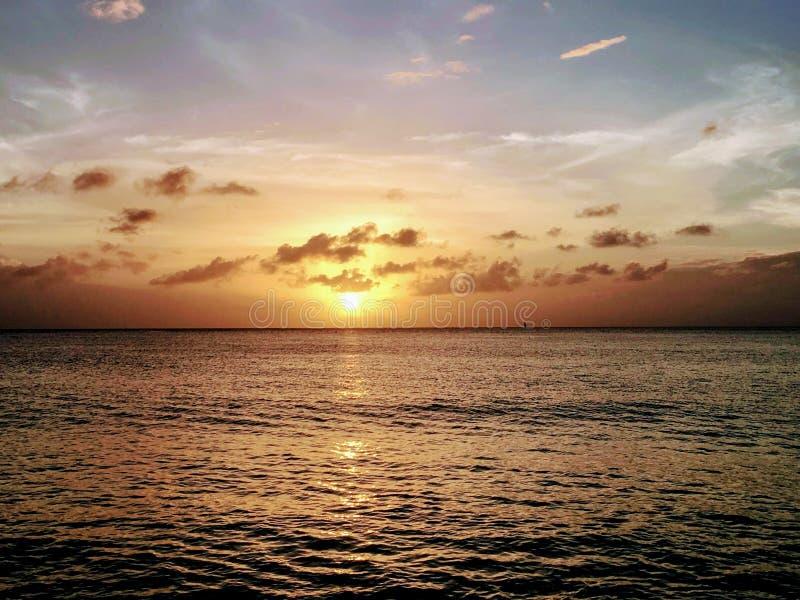 Mooie zonsondergang bij het strand stock foto
