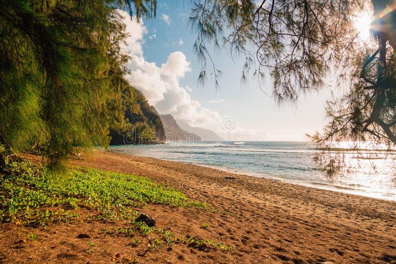 Mooie zonsondergang bij het strand op het Paradijseiland stock foto's