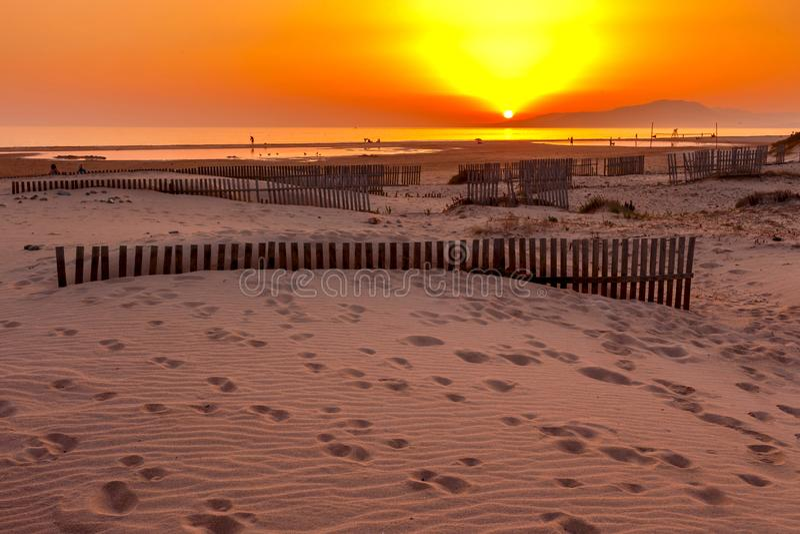Mooie zonsondergang bij het zandstrand, Tarifa royalty-vrije stock foto's