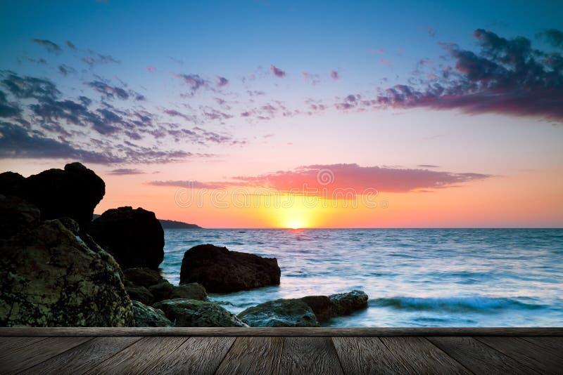 Mooie zonsondergang bij tropisch strand. stock afbeelding