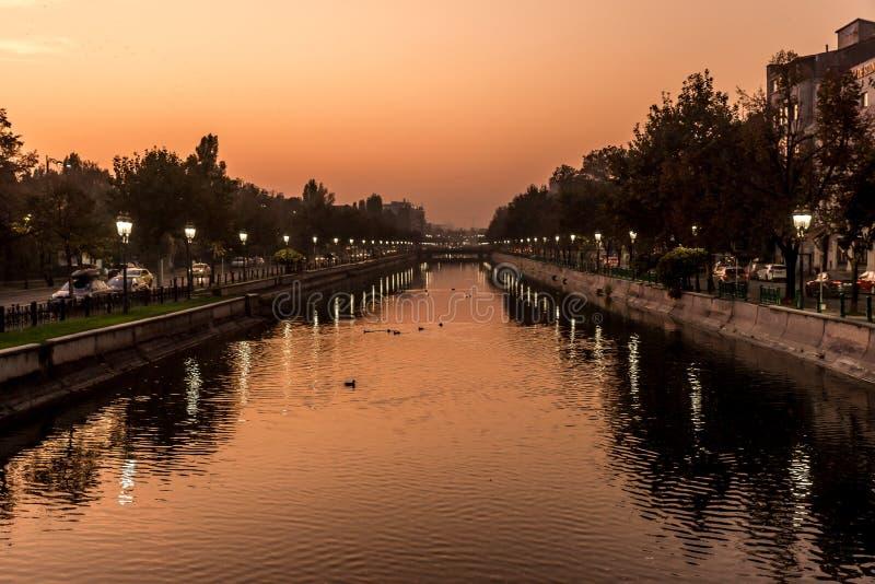 Mooie zonsondergang in Boekarest Roemenië Bucuresti Dambovita, reflectie over rivierlandschap royalty-vrije stock foto