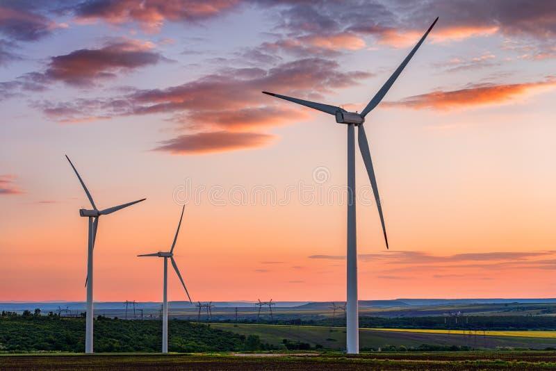 Mooie zonsondergang boven de windmolens royalty-vrije stock afbeeldingen