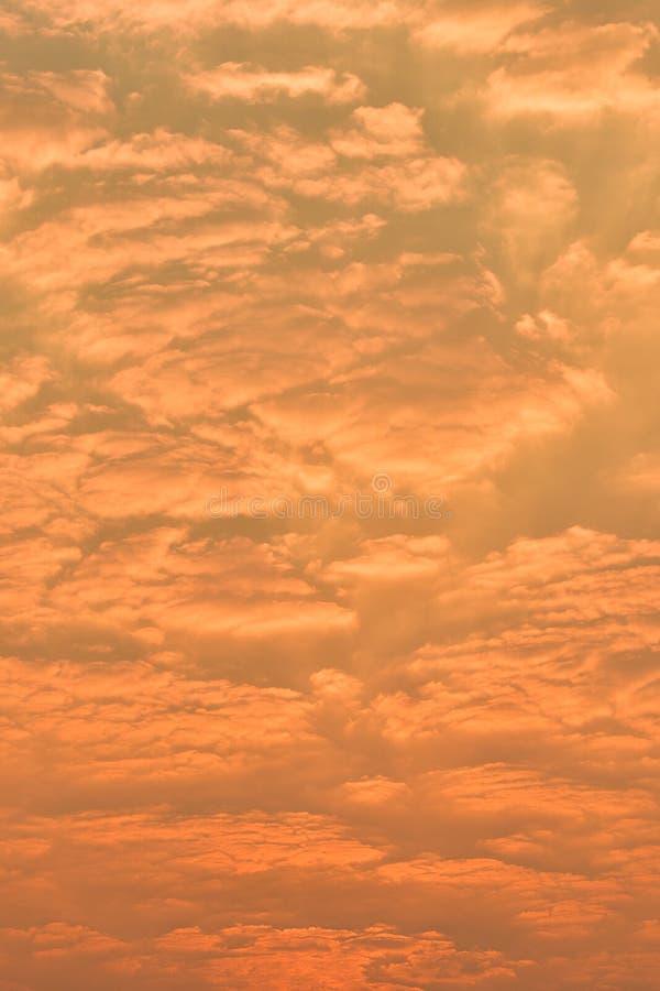 Mooie zonsondergang boven het overzees Gouden Zonsondergang, overzees en wolken royalty-vrije stock foto's