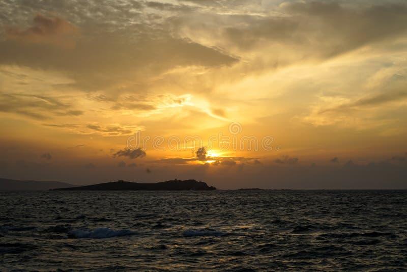 Mooie zonsondergang copyspace overzeese winderige golfmening met lichte bezinning, mooie schaduwen van zachte oranje kleurenhemel royalty-vrije stock foto