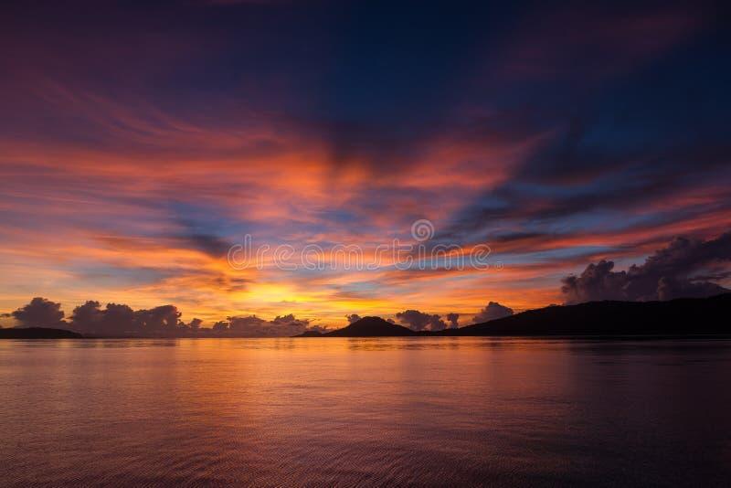 Mooie zonsondergang in Dampier-Straat, Raja Ampat stock foto