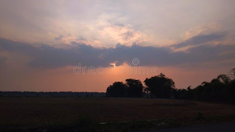 Mooie zonsondergang in de hemel royalty-vrije stock afbeelding