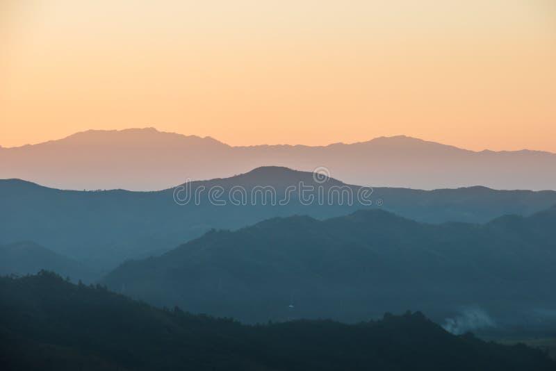 Mooie zonsondergang in de heuvels van India, platteland royalty-vrije stock foto's