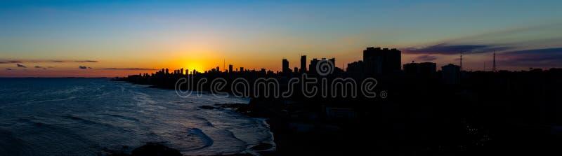 Mooie zonsondergang in de stad van Salvador de Bahia in het noordoosten van Brazili? De reusachtige gebouwen behandelen de zonson royalty-vrije stock foto's