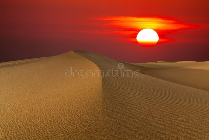 Mooie zonsondergang in de woestijn Zandduin op de achtergrond van de het plaatsen zon royalty-vrije stock afbeeldingen