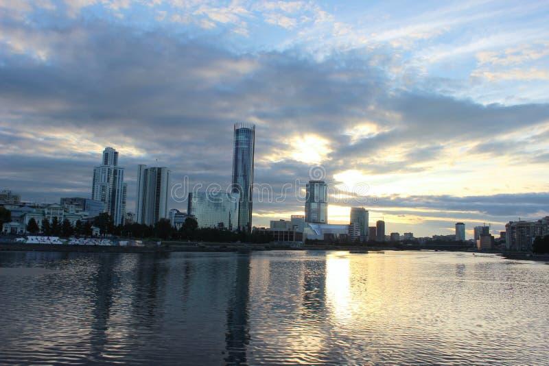 Mooie zonsondergang in de zomer over een vijver in de stad van Yekaterinburg stock afbeelding