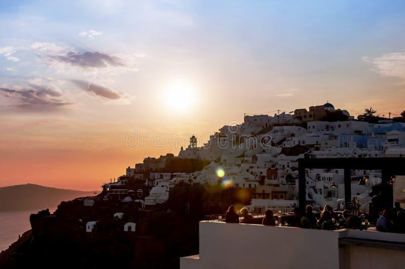 Mooie zonsondergang die het Egeïsche Overzees, Eiland overzien Santorini, Griekenland, Europa Avondmening van de stad met klassie stock afbeeldingen