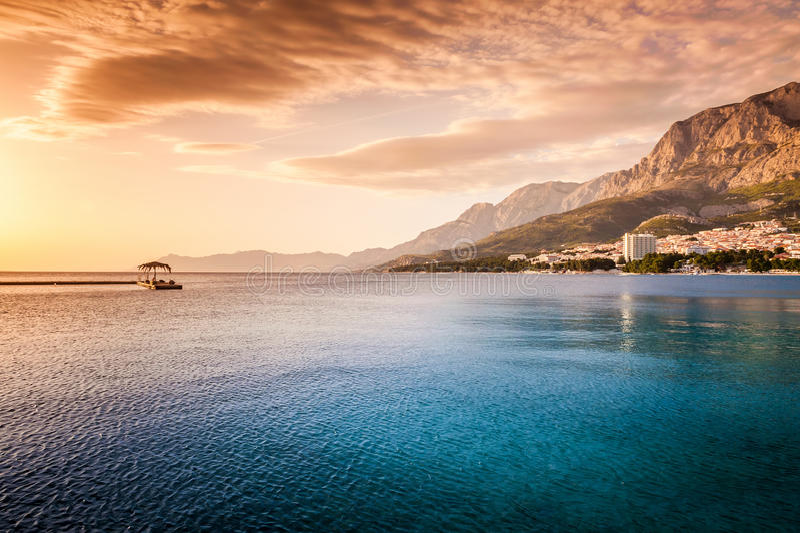 Mooie zonsondergang door het overzees in Makarska, Dalmatië, Kroatië royalty-vrije stock afbeeldingen