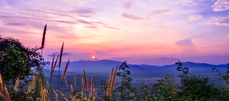 Mooie zonsondergang en hemel stock foto's